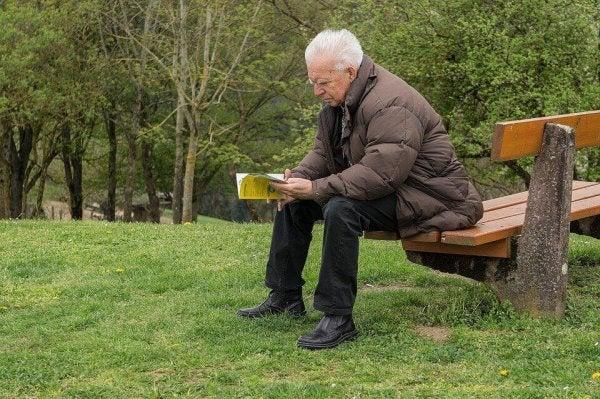 Dziadek czyta