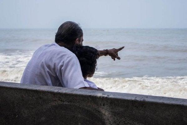 Dziadek i wnuk nad morzem