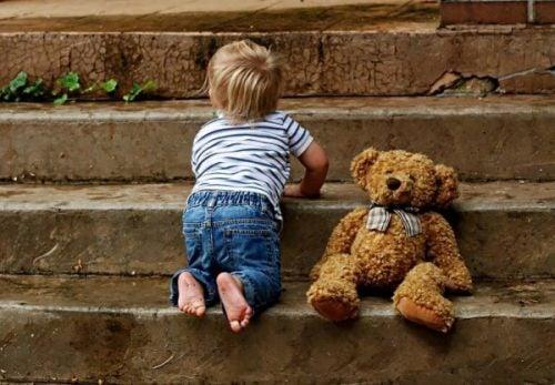 niemowlę 9 miesięcy schody