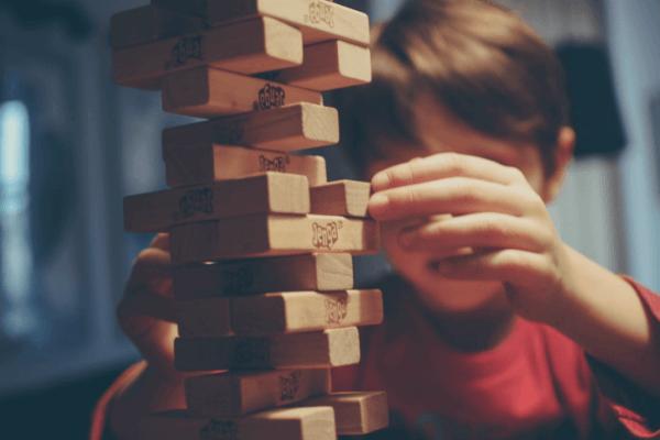 Chłopiec się bawi - dzieci z trudnościami w uczeniu się