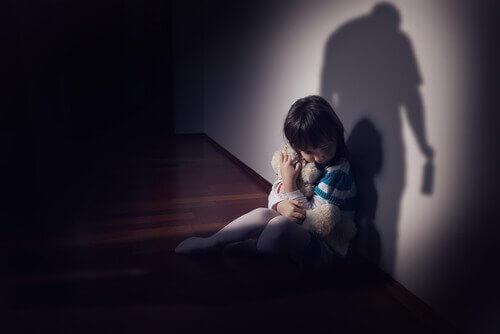 Smutna dziewczynka z misiem.