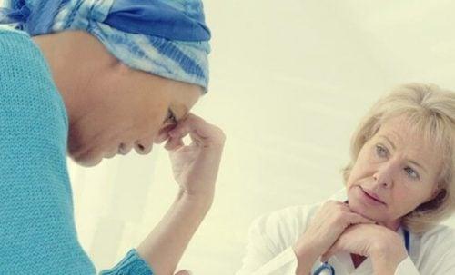 kobieta chora na raka rozmawia z lekarzem