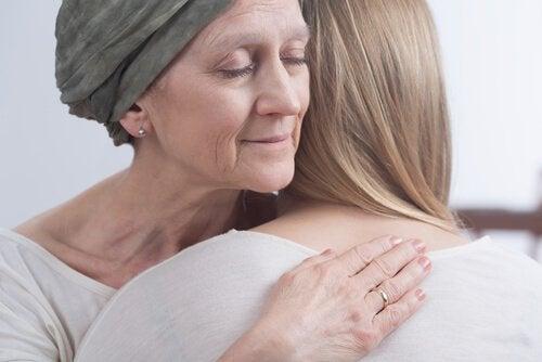 kobieta chora na raka obejmuje córkę