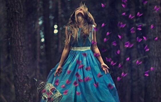 Kobieta w lesie odczuwa silne emocje - jeśli tego nie czujesz