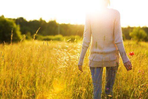 Kobieta idzie przed siebie - jak przestać sabotować siebie