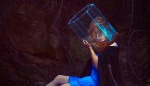 Kobieta z głową w kostce lodu