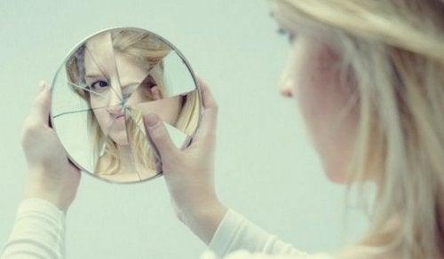 Kobieta patrzy w lusterko - zdradliwe ego
