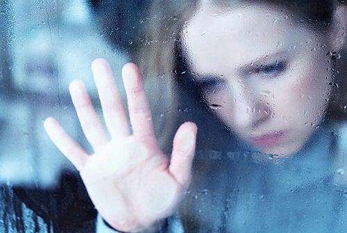kobieta patrząca przez okno - melancholia