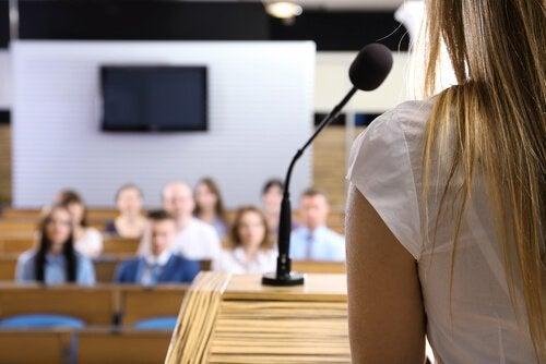 Kobieta przemawia publicznie