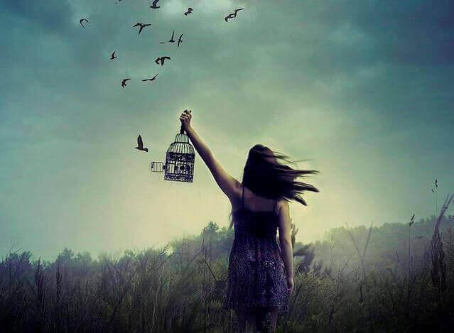 Kobieta uwalnia ptaki