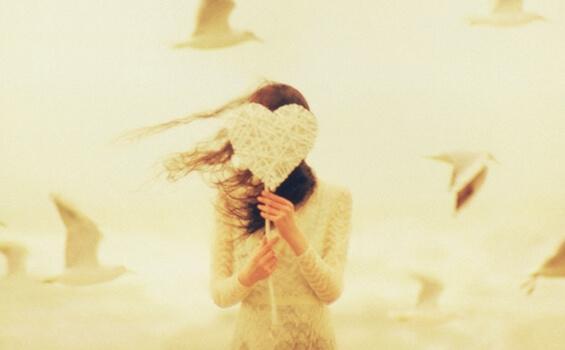 Kobieta trzyma serce - ludzie godni zaufania