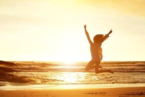 Kobieta skacze na plaży