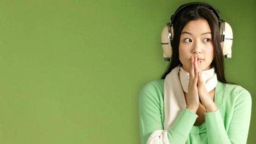 Kobieta w dużych słuchawkach