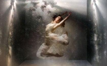 Kobieta tańczy w wodzie