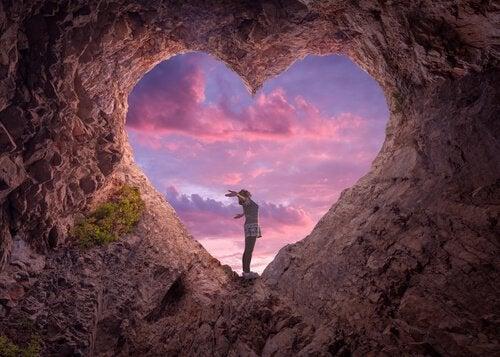 kobieta w jaskini w kształcie serca