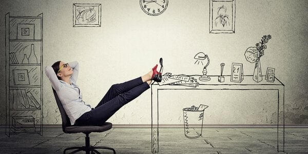 Prokrastynacja - kobieta z nogami na stole