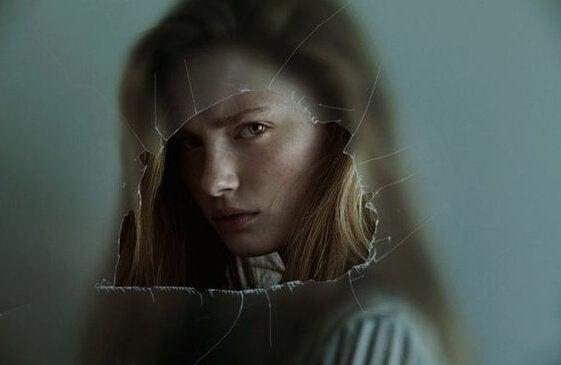 kobieta za szkłem