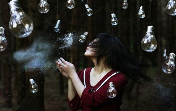 Kobieta w lesie z żarówkami
