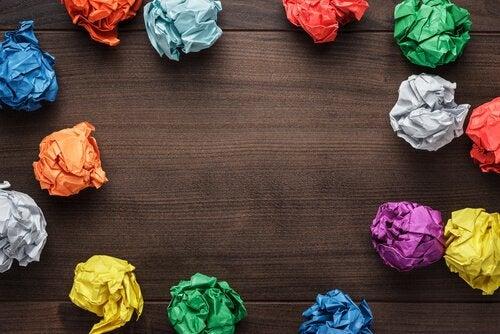 Kolorowe kulki papieru.