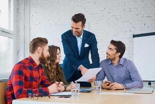 Lider rozmawia z grupą - Rozwijanie pewności siebie