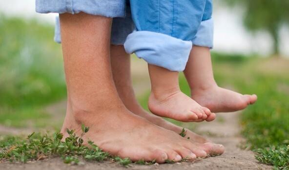 Stopy dziecka i rodzica - bezpieczne przywiazanie