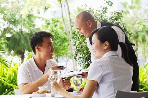 Mężczyzna płaci w restauracji za kobietę