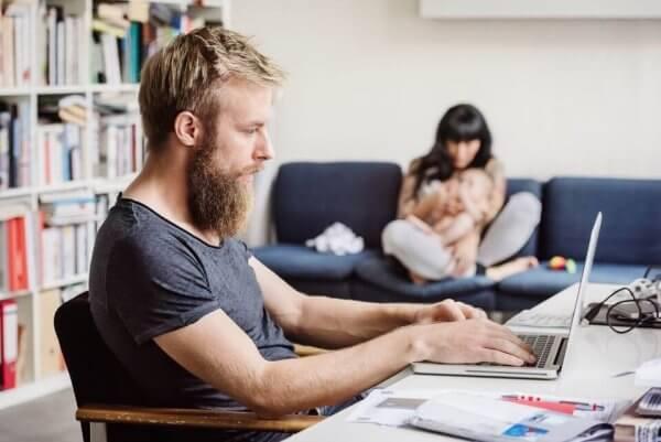 Mężczyzna pracuje w domu przy komputerze - jak oderwać się od pracy