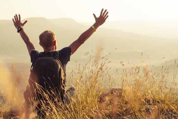Zadowolony mężczyzna w górach - cytaty z psychologii