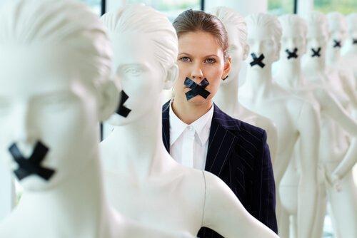 Dyskryminacja ze względu na płeć - kobieta z zaklejonymi ustami