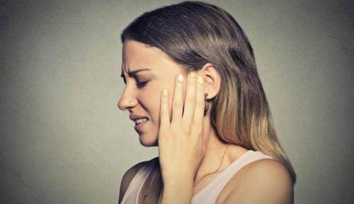 Mizofonia - kobieta odczuwa ból i trzyma się za ucho
