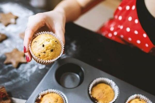Kobieta piecze muffinki