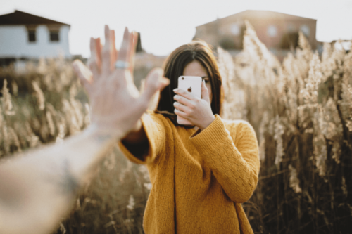 nastolatka robi zdjęcie telefonem