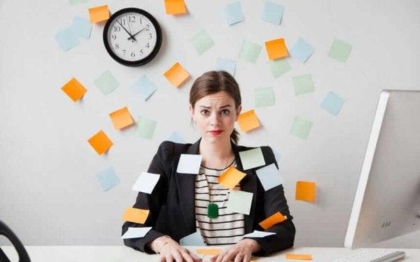 Kobieta w biurze przytłoczona pracą