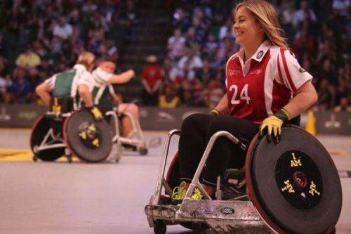 Niepełnosprawne dzieci grają w koszykówkę