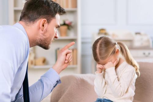 Ojciec pouczający córkę.