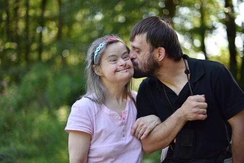 Ojciec z niepełnosprawną córką.