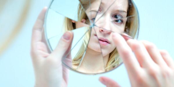 Poczucie własnej wartości u nastolatka - potłuczone lustro