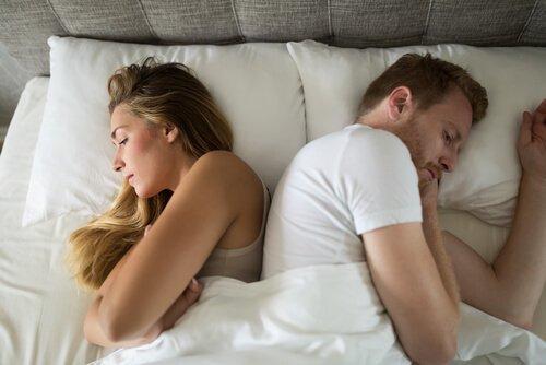 Problemy seksualne - para śpi odwrócona plecami