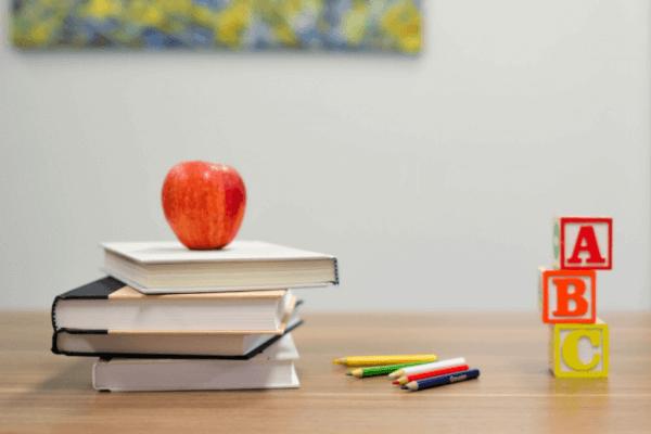 Przybory szkolne na biurku