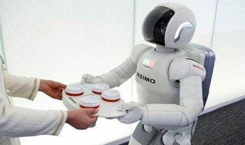 Robot podaje tace z napojami
