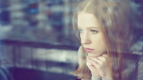 Separacja - samotna kobieta w oknie