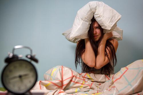 Zaburzenia rytmu okołodobowego - sfrustrowana kobieta nie może spać
