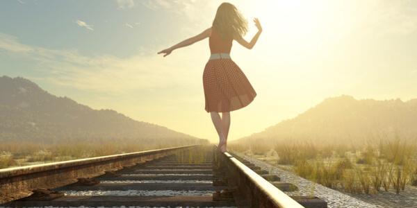 Kobieta spaceruje po torach