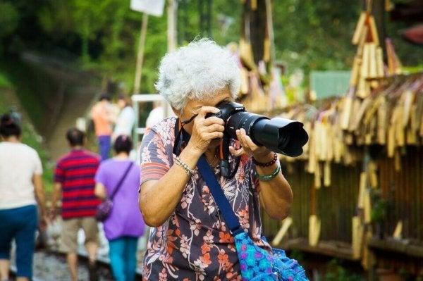 Starsza kobieta fotograf