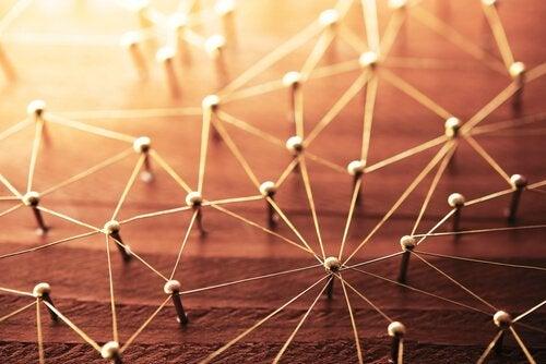 szpilki symbolizujące sieć połączeń