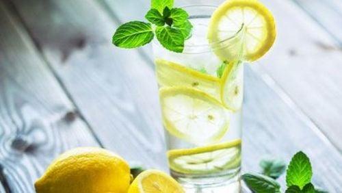 Ciepła woda z cytryną - pij ją na czczo