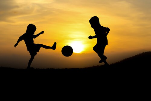 zabawa dzieci grają w piłkę