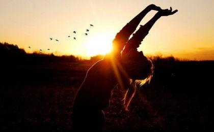 Zadowolona kobieta - jak przetrwać napięty harmonogram