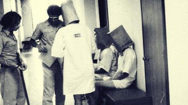 Eksperyment w więzieniu w Stanford.