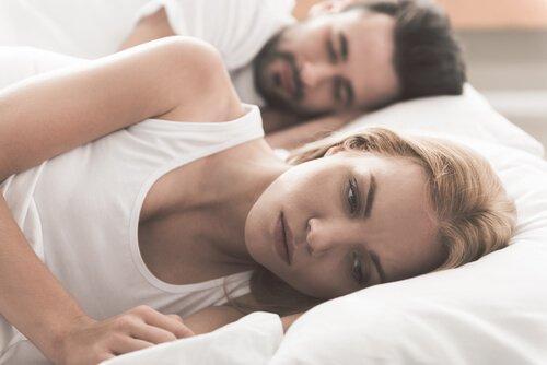 Zmartwiona kobieta - problemy seksualne